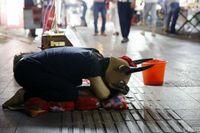 Untuk memenuhi kebutuhan sehari-hari, Dongdong awalnya mengemis. Namun, akhirnya ia mencoba menggunakan topeng kepala sapi. Dalam sebulan, Xinli butuh biaya sekitar Rp 10 juta untuk berobat. Belum lagi Dongdong pun harus memenuhi biaya sekolah kedua adiknya. (Foto: Shanghaiist)