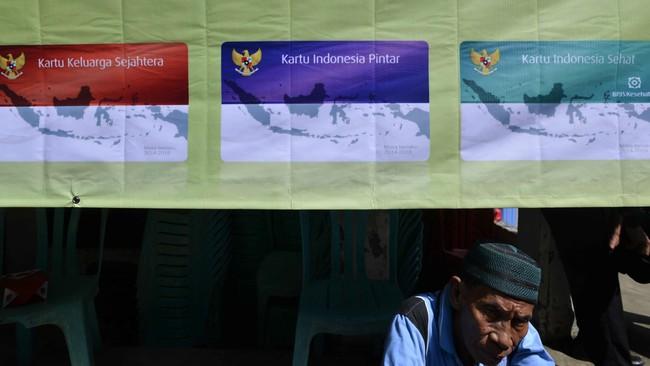 Seorang warga menunggu pembagian Kartu Indonesia Sehat KIS, Kartu Indonesia Pintar dan Kartu Keluarga Sejahtera KKS di Penjaringan, Jakarta, Rabu (13/5). Pembagian KIS, KIP dan KKS itu untuk meningkatkan kualitas hidup, kesehatan serta pendidikan bagi masyarakat. (Antara Foto/Wahyu Putro)