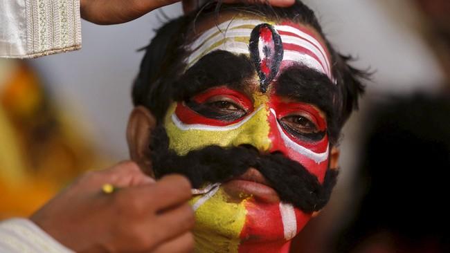 Seorang seniman selesai memakai tata riasnya sebelum tampil untuk merayakan Ramlila, kembalinya Dewa Rama, di perayaan festival Dussehra. (REUTERS/Shailesh Andrade)