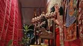 Seorang seniman berpakaian seperti raja iblis Rahwana untuk merayakan Ramlila, kembalinya Dewa Rama, saat perayaan festival Dussehra di Mumbai, India. (Reuters/ Shailesh Andrade)