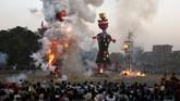 Masyarakat menyaksikan dibakarnya patung raja iblis Rahwana, saudara laki-lakinya Kumbhkarana, dan putranya Meghnad selama festival umat Hindu Dussehra di Amritsar, India. (Reuters/ Munish Sharma)