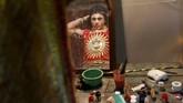 Pantulan wajah seorang seniman dalam cermin saat bersiap-siap di belakang panggung sebelum tampil memperingati Ramlila, kembalinya Dewa Rama, di perayaan festival Dussehra. (Reuters/Shailesh Andrade)