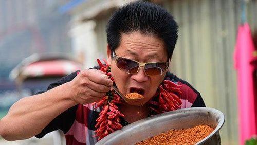 Li, Pria yang Hobi Makan Pedas dan Bisa Habiskan 2,4 Kg Cabai Sehari