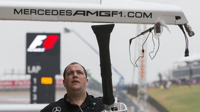 Kru tim Merceders mencoba mengeringkan pit timnya dengan menggunakan peniup mekanik. Badai Patricia sendiri disebut sebagai badai terburuk sepanjang sejarah di pesisir Pasifik Meksiko. (Reuters/Adrees Latif)