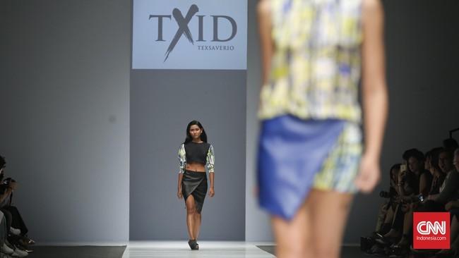 Satu hal yang menarik di pertunjukkan TXID yang jadi show penutuphari pertama Jakarta Fashion Week 2016. Para model melintasi catwalktanpa stiletto, melainkan sandal.