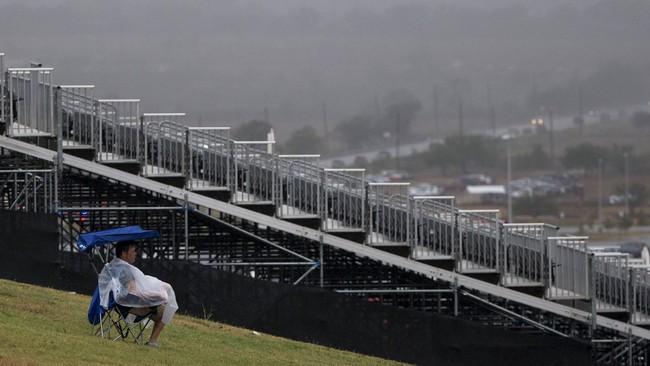 Hujan deras yang melanda sirkuit The Americas itu disebut sebagai dampak dari Badai Patricia yang menghantam Meksiko. (REUTERS/Adrees Latif)