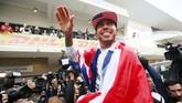 Dengan bendera Inggris membalut tubuhnya, Lewis Hamilton merayakan keberhasilannya di musim ini. Selamat! (Action Images / Hoch Zwei Livepic)