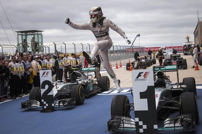 Lompatan sang juara dunia. Hamilton kini menyamai rekor pebalap idolanya sedari kecil, Ayrton Senna. (REUTERS/Adrees Latif)