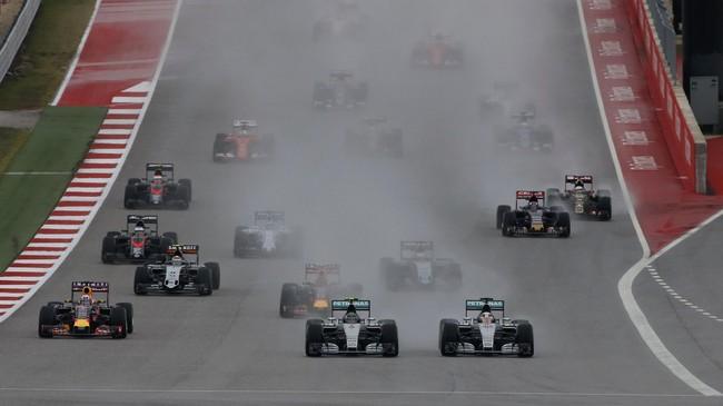 Begitu balapan dimulai, duo Mercedes Hamilton dan Nico Rosberg langsung melaju kencang meninggalkan lawan-lawannya, seperti halnya yang terus mereka lakukan sepanjang musim. (REUTERS/Adrees Latif)
