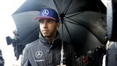 Hujan badai sempat membuat sesi kualifikasi Formula 1 GP Texas tertunda beberapa kali. Lewis Hamilton memastikan start dari tempat kedua pada kualifikasi Minggu (25/10) pagi waktu setempat, atau pada hari yang sama balapan diselenggarakan. (REUTERS/Darron Cummings)