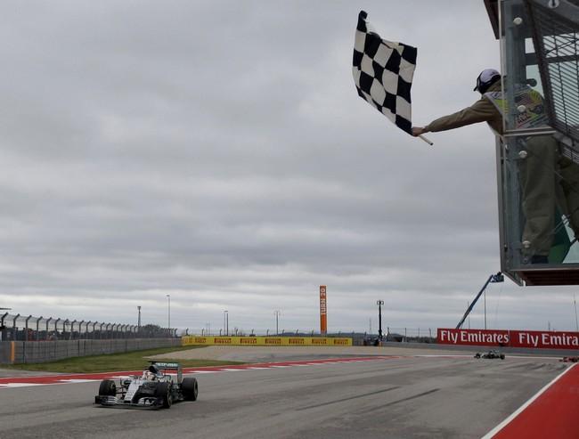 Tanpa halangan berarti, Lewis Hamilton melintasi garis finis. Jika sebelumnya ia memastikan gelar juara dunia di balapan malam di seri terakhir, kali ini kemenangan Hamilton diiringi awan kelabu. (REUTERS/Darron Cummings)