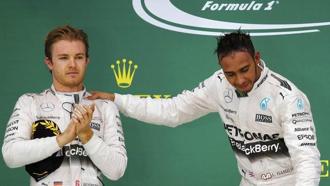 Rekan setim sekaligus saingan terberat Lewis Hamilton, Nico Rosberg, memberikan aplaus bagi keberhasilannya. Berbeda dengan musim lalu, Rosberg tak banyak memberikan persaingan pada musim balapan ini. (REUTERS/Mike Stone)
