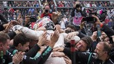 Kesuksesan Hamilton disambut oleh rekan-rekannya di tim Mercedes. Secara khusus Hamilton pun mengucapkan terima kasih untuk mereka atas sokongan selama satu musim balapan ini. (REUTERS/Adrees Latif)