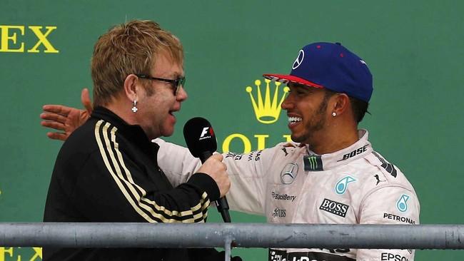 Kejutan untuk Hamilton datang dari penyanyi legendaris asal Inggris, Elton John. Bukan menyanyi, Elton John justru mewancarai Hamilton. (REUTERS/Mike Stone)