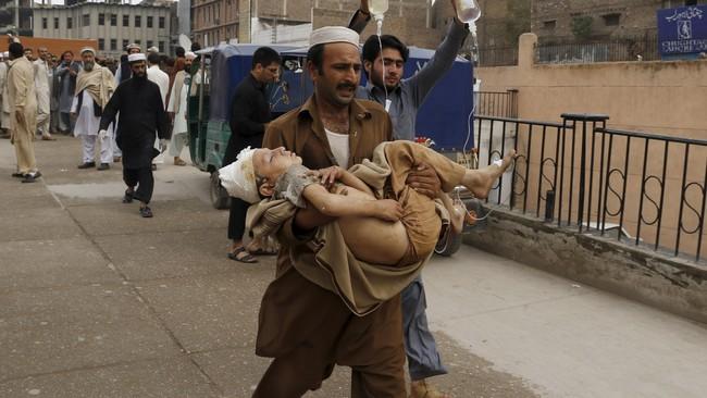 Gempa ini mirip dengan gempa Kashmir tahun 2005 lalu yang berkekuatan 7,5 skala Richter, menewaskan 70 ribu orang. Tapi gempa kali ini terjadi jauh di dalam bumi, 223 kilometer dari permukaan. (Reuters/Khuram Parvez)