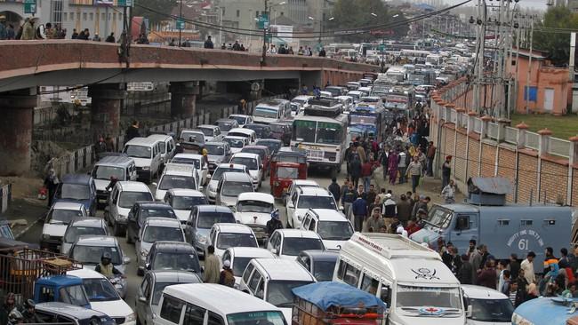 Gempa susulan terjadi terus menerus, terasa hingga New Delhi di utara India dan Pakistan, ratusan orang berlarian menyelamatkan diri. Tumpukan kendaraan terjadi di Srinagar setelah aparat menutup jembatan layang untuk pencegahan pasca gempa. (Reuters/Danish Ismail)