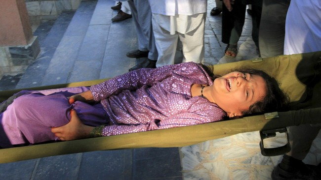 Di sebuah kota Afghanistan, 12 siswi sekolah tewas terinjak dan terhimpir saat ratusan pelajar di sekolah kota Talugan panik berlarian saat gempa. (Reuters/Parwiz)