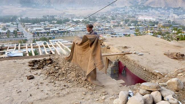 Total sejauh ini ada 306 korban tewas di tiga negara terdampak gempa. Terbanyak berasal dari timurlaut Pakistan, berjumlah 229 orang, sisanya dari Afghanistan dan India. (Reuters/Stringer)