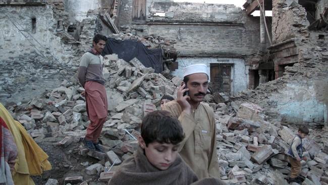 Pusat gempa terjadi di dekat kota Jarm di Afghanistan yang padat penduduk. Banyak bangunan bertembok lumpur di kota ini ambruk, mengubur penghuninya. (Reuters/Hazrat Ali Bacha)