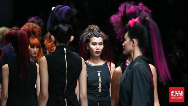 Mengangkat tema IT Looks Fall Winter 2015/2016, L'Oréal Professionnel menyajikan dua mood warna yaitu Black Violet dan Copper. (CNN Indonesia/Safir Makki)