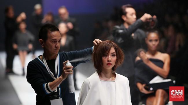 Beberapa penata rambut yang telah melalui proses audisi menunjukkan keahlian mereka menata rambut puluhan model di atas panggung Jakarta Fashion Week 2016. (CNN Indonesia/Safir Makki)