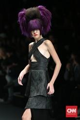 Pada panggung Jakarta Fashion Week 2016, L'Oréal Professionnel menampilkan tatanan rambut fantastis dalam berbagai gaya dan warna. (CNN Indonesia/Safir Makki)