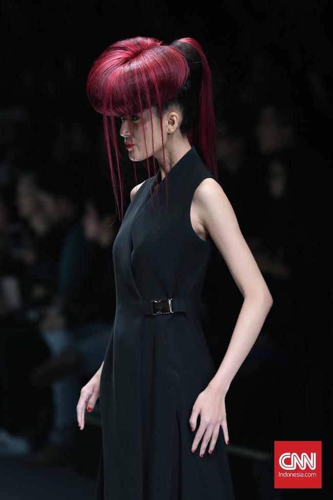 Berbagai model rambut mulai dari gaya sasak, kepang, sampai model rambut ikat satu dengan bagian atas menyerupai donat dengan beberapa helai rambut yang menjuntai mengisi runway Jakarta Fashion Week 2016. (CNN Indonesia/Safir Makki)