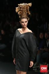 Model rambut kepang yang menjulang seperti topi ini menjadi salah satu model rambut yang dipresentasikan oleh tim penata rambut dariL'Oréal Professionnel di panggung pekan mode lalu. (CNN Indonesia/Safir Makki)