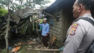 Belasan Gajah Rusak Rumah Warga Lampung