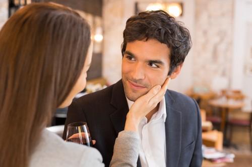 Dear Pria, Ini Artinya Jika Wanita Suka Mengibaskan Rambut Saat Bertatapan