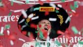 Kejutan diberikan oleh Nico Rosberg menjelang musim usai. Ia mendapatkan enam kali pole position dan merebut GP Meksiko dan GP Brasil. (REUTERS/Edgard Garrido)