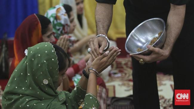 Salah satu ritual dalam Festival Cahaya atau Diwali di Sikh Temple, Gunung Sahari, Jakarta (10-11/11), pembagian kue khas India yang bercita rasa manis. Menurut Shanty Tolani, warga setempat keturunan India, kue manis ini menyimbolkan kebahagiaan.