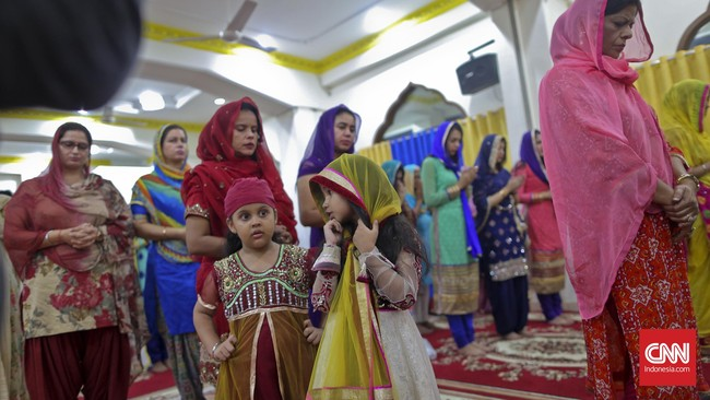 Umat Hindu keturunan India merayakan Diwali dan mendaraskan doa kepada Dewi Laksmi dan Dewa Ganesha di Sikh Temple, di kawasan Gunung Sahari, Jakarta (10-11/11). Mereka memohon kesejahteraan, kesuksesan, energi positif, keberkahan seluruh umat.