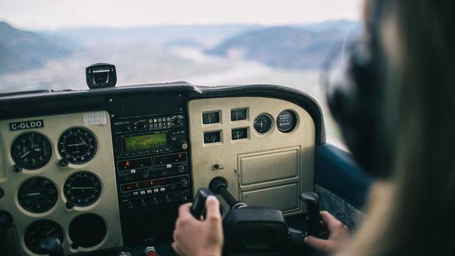 Pilot Dilarang Terbang karena Ketahuan Bawa Wanita ke Kokpit