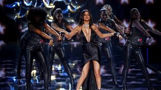 Selena Gomez Tampil Seksi di Panggung Victoria's Secret