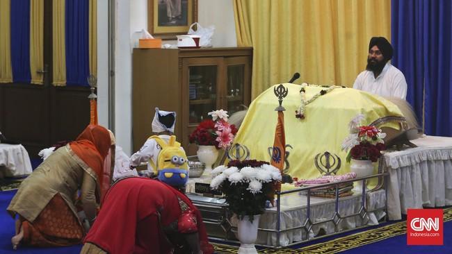 Berbeda dengan perayaan Diwali di Leiscester, jantung komunitas Asia di Inggris, yang gegap gempita, perayaan di kawasan Gunung Sahari, Jakarta (10-11/11) berlangsung syahdu. Umat Hindu keturunan India mendaraskan doa-doa di Sikh Temple.