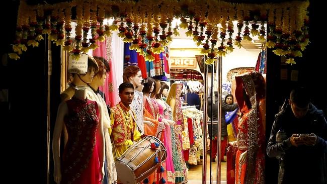 Bunyi genderang bertalu-talu menambah kemeriahan Festival Cahaya atau Diwali di Leicester, Inggris, pada Rabu (11/11). Tambah lagi, busana warna-warni yang dikenakan para partisipan dan wisatawan, membuat Diwali semakin gegap gempita!
