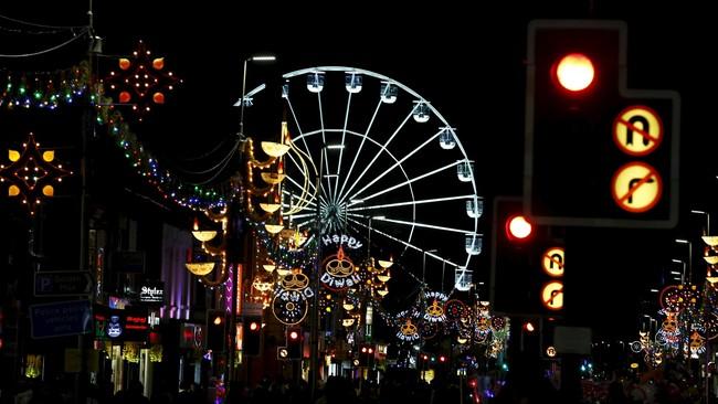 Perayaan Diwali di Leicester, Inggris, ini disebut-sebut terbesar yang diadakan di luar India. Selama Festival Cahaya digelar, Leicester, terutama sudut Golden Mile, tampak benderang oleh nyala 6.500 lampu. Makin benderang di pengujung acara saat pijar kembang api memenuhi langit Leicester.