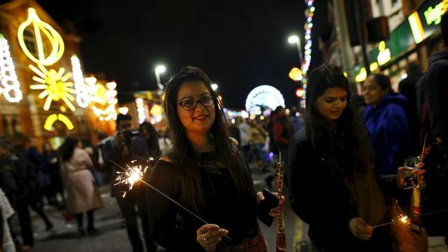 Tak kurang 35.000 wisatawan dari penjuru Inggris Raya, Eropa, Amerika Serikat dan Kanada, menikmati limpahan cahaya yang berpendaran. Kemeriahan Festival Cahaya ini mengingatkan pada Natal atau perayaan lain macam Blackpool Illuminations dan diskon besar-besaran di Jalan Oxford.