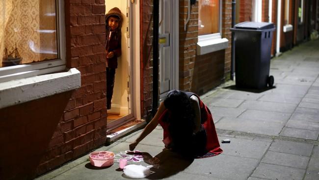 Sementara itu, di trotoar jalan, sejumlah partisipan Festival Cahaya atau Diwali di Leicester, Inggris, membuat seni lukis rangoli yang rumit dan indah. Diwali di Leicester, pada Rabu (11/11), disebut-sebut terbesar yang diadakan di luar India.