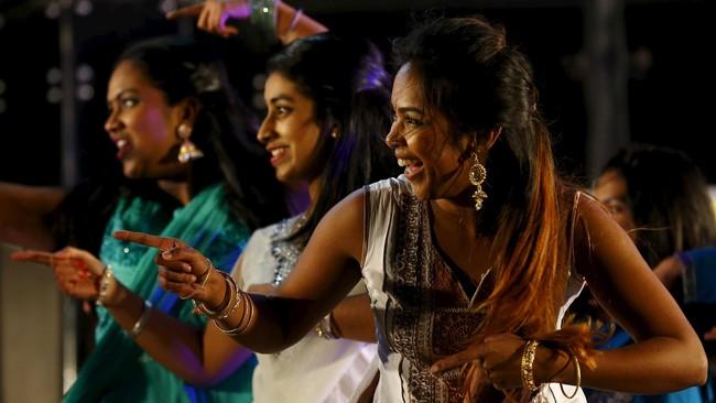 Berbagai acara digelar untuk memeriahkan Festival Cahaya atau Diwali di Leicester, Inggris, pada Rabu (11/11), dari seni tari, seni musik, seni lukis rangoli sampai kembang api. Tampak para penari bersuka cita, larut dalam keriaan Diwali.