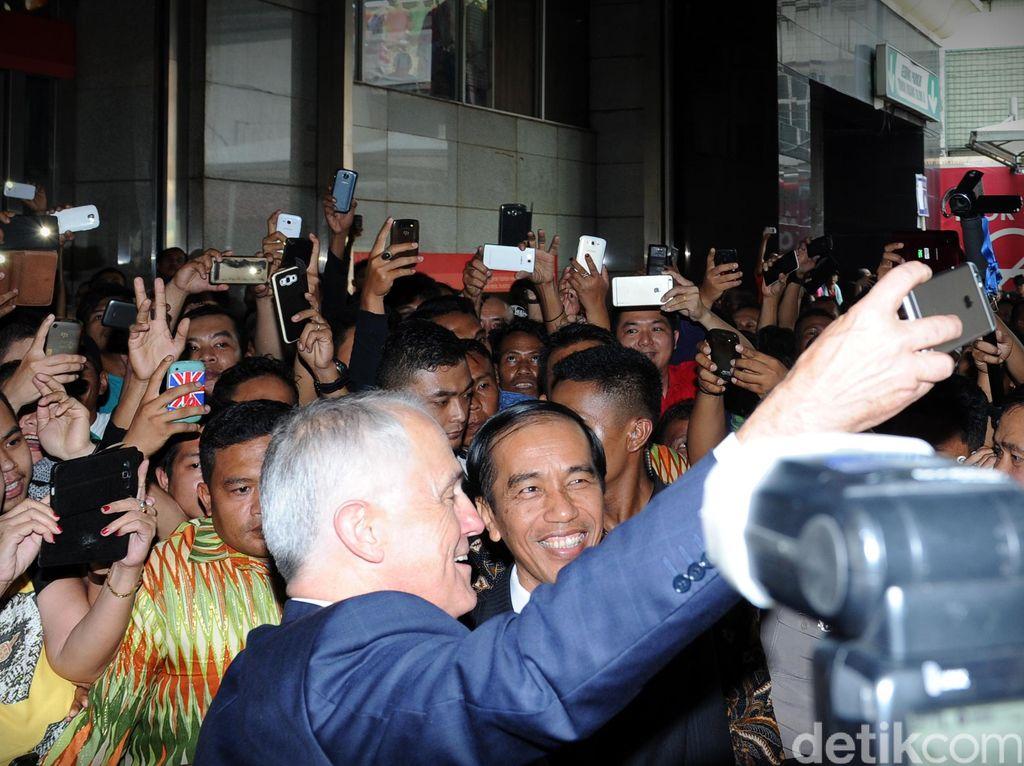 Turnbull mengajak Presiden Jokowi blusukan ke Pasar Tanah Abang pada November 2015. Mereka disambut keriuhan pengunjung pasar yang tidak pernah sepi itu. Di tengah keriuhan, Turnbull sempat mengajak Jokowi berselfie ria. Turnbull mengajak Jokowi ke pasar rakyat karena ingin tahu kedekatan Presiden dengan masyarakatnya. Foto: Rusman Setpres