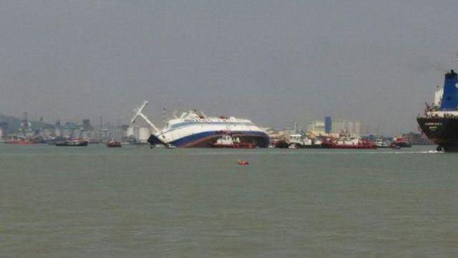 Kapal Laut Tenggelam di Surabaya, Penumpang Lompat ke Laut