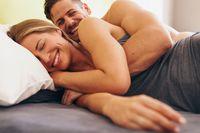 Posisi spooning dilakukan dengan berbaring miring dada bertemu punggung. Posisi ini akan lebih nyaman karena sudut penetrasi yang dangkal. Foto: Thinkstock