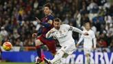 Skuat Barcelona membungkam publik Santiago Bernabeu setelah menekuk tim tuan rumah, Real Madrid empat gol tanpa balas, 21 November 2015. Empat gol Barcelona dalam ajang el clasico itu dicetak Luis Suarez (2), Neymar, dan Andres Iniesta. (Reuters / Sergio Perez)