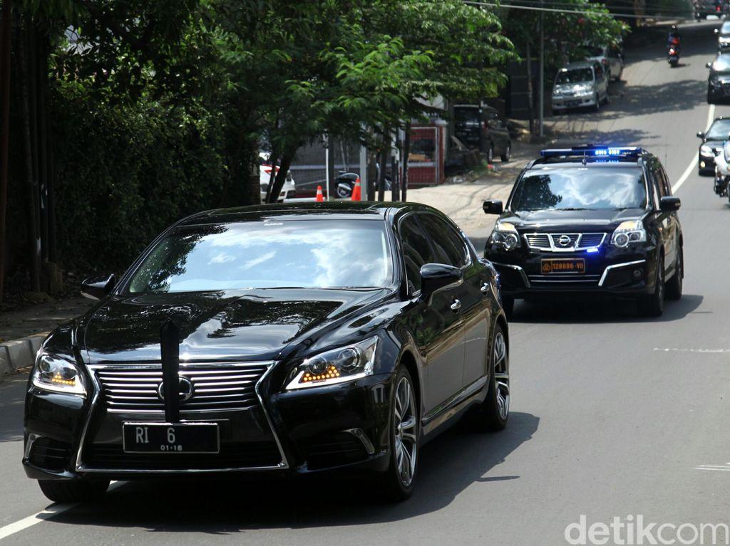 Mobil dinas Setya Novanto Lexus berpelat RI 6. (Foto: Agung Pambudhy)