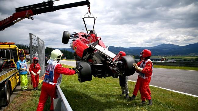 Pebalap Ferrari Kimi Raikkonen juga mengalami musim yang kurang menggembirakan dengan beberapa kali gagal finis. (Getty Images/Dan Istitene)