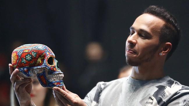 Hamilton yang memang suka bersenang-senang sempat mengikuti ajang gulat sebelum berlangsung GP Meksiko awal November lalu. (REUTERS/Henry Romero)