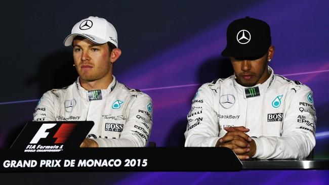 Hamilton tertunduk lesu seusai GP Monaco. Sepanjang balapan Hamilton memimpin dengan nyaman di depan, namun kemudian gagal menang di putaran terakhir karena melakukan kesalahan pitstop. (Getty Images/Ker Robertson)