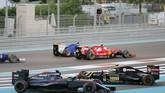 Pebalap McLaren Fernando Alonso dan pebalap Lotus Pastor Maldonado bersinggungan sehingga keluar jalur pada tikungan pertama di sirkuit Yas Marina, Abu Dhabi. Semenjak keluar dari tim Ferrari, sepanjang musim ini Alonso mengalami masa balapan yang mengerikan. (REUTERS/Hamad I Mohammed)